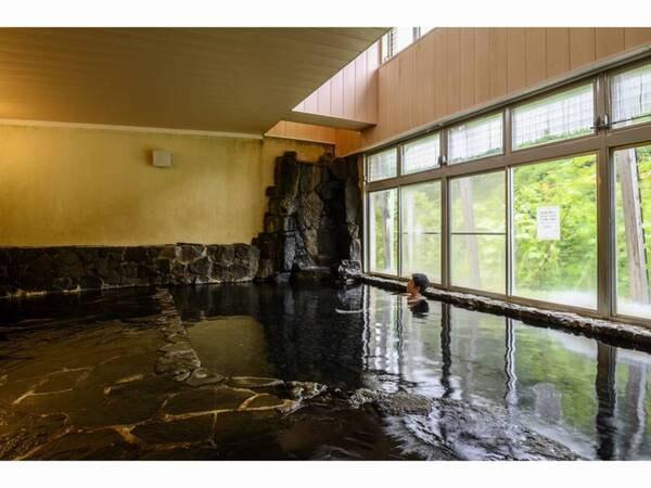岩風呂の大浴場は広々としています