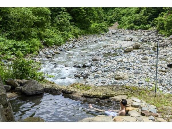 絶景すぎる露天風呂はまるで大自然に抱かれている様