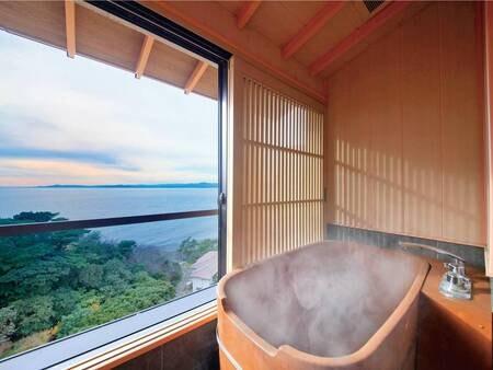 【オーシャンビュー半露天風呂付客室/例】半露天風呂からは駿河湾を一望!優雅な時間を過ごす。