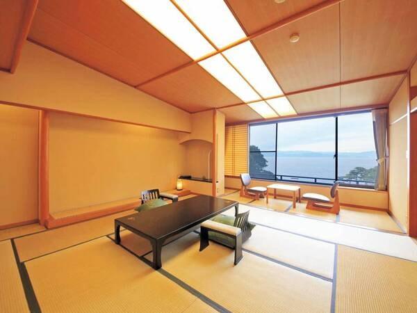 【オーシャンビュー70㎡客室(2間)】海に面した大きな窓と、広々とした空間で過ごす
