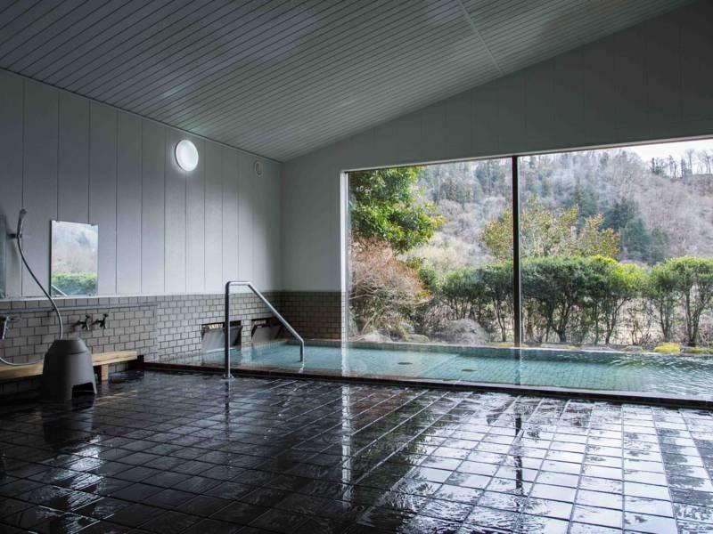 大浴場/ナトリウム、マグネシウム、カルシウムを多く含んだ硫酸塩・炭酸水素塩泉。