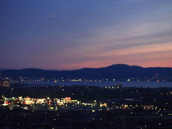 25階スカイビアホールからの夜景と琵琶湖。