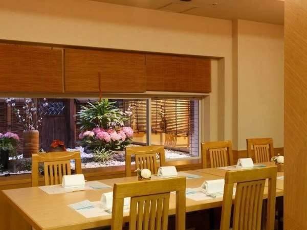 日本料理あお花の店内。坪庭をご覧いただけるお席もございます