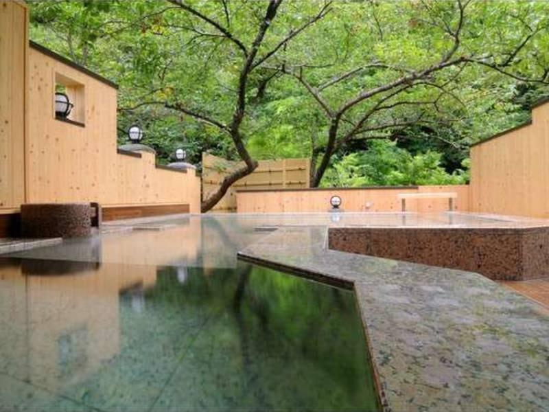露天風呂「森と桜の湯」(21時10分からは貸切風呂)
