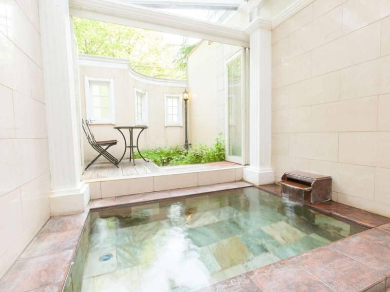 【貸切風呂】欧米の天然石を使った浴室は、夜は満点の星空をご覧いただけます。