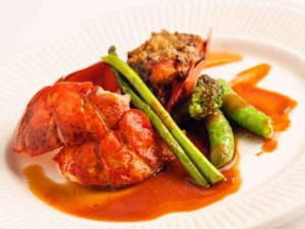 """調理の直前まで生きている新鮮な活オマール海老は、食感が""""プリプリ""""で当館で一番人気のメニューです。"""