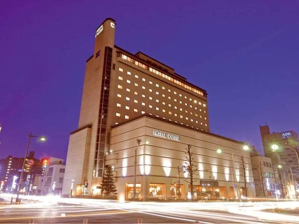 【外観】ホテル正面エントランスは駅前大通りと本町七日町通りとの交差点角に位置
