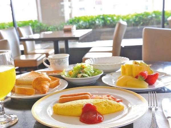 【朝食/例】朝食バイキングの洋食メニュー。オムレツやクロワッサンなど、ホテルならではのメニューが並ぶ