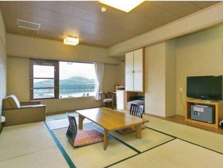 【御所湖側10畳和室/例】 館内の移動も便利な別館にあり、広縁が付いた湖側の客室