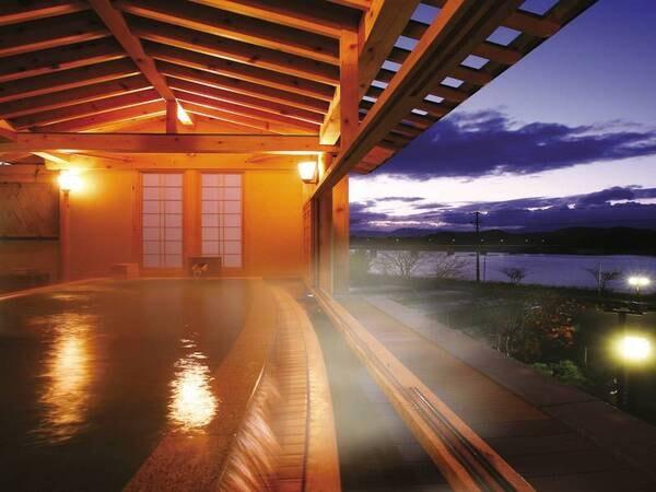 「浴場/ひとりじめの湯(檜の湯)」御所湖を一望。解放感あふれる露天風呂※内湯もあり