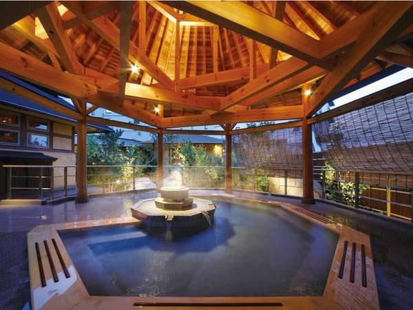 「浴場/南部曲り家の湯(赤松の湯)」八角形の屋根が印象的な打たせ湯タイプの露天風呂。夜はライトアップ※内湯も有