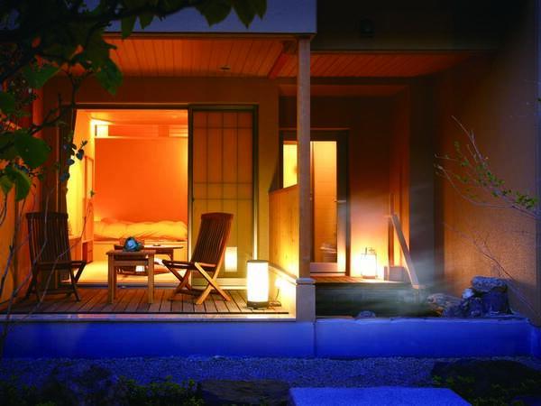 [客室/例] 渓流に面したプライベート庭園で独占露天風呂の湯上がりを愉しむ、