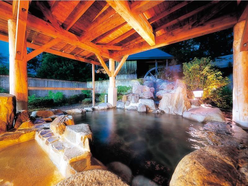 【露天風呂】 裏山の景色を眺めながら、歴史深い名湯を満喫