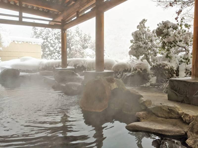 冬は見事な雪見露天風呂