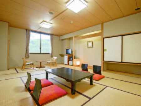 [客室例] バス・洗浄機能トイレ付、広々12畳の和室へご案内