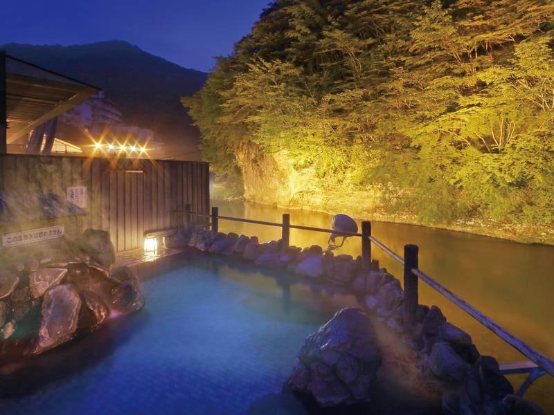 「渓流露天風呂」夜には幻想的にライトアップされる
