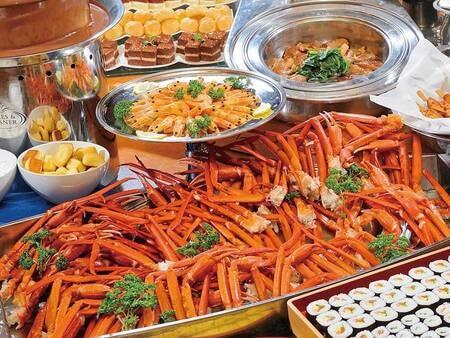 【夕食/例】人気の蟹も食べ放題の約60種バイキング