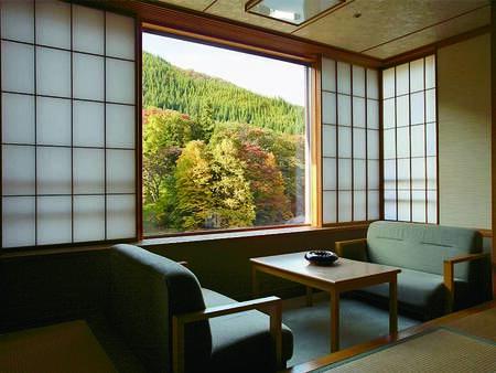 【客室/例】山向きのお部屋で、四季を通じて趣きのある風景を望むことができる