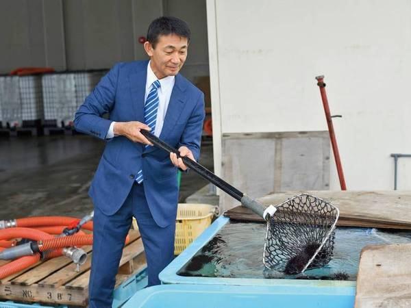 【自社水槽】地元で水揚げした新鮮魚介を買い付け、保管している
