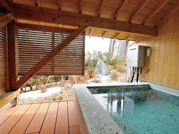 【[離れ・三郎の庵]16帖/例】客室露天風呂。手作りの石風呂で広めです。 ※温泉ではありません