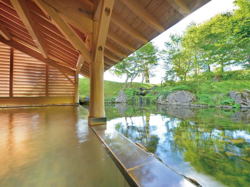【露天風呂】湯ざわり柔らかな源泉かけ流し!すぐそばの池には鯉の姿も※内湯はございません
