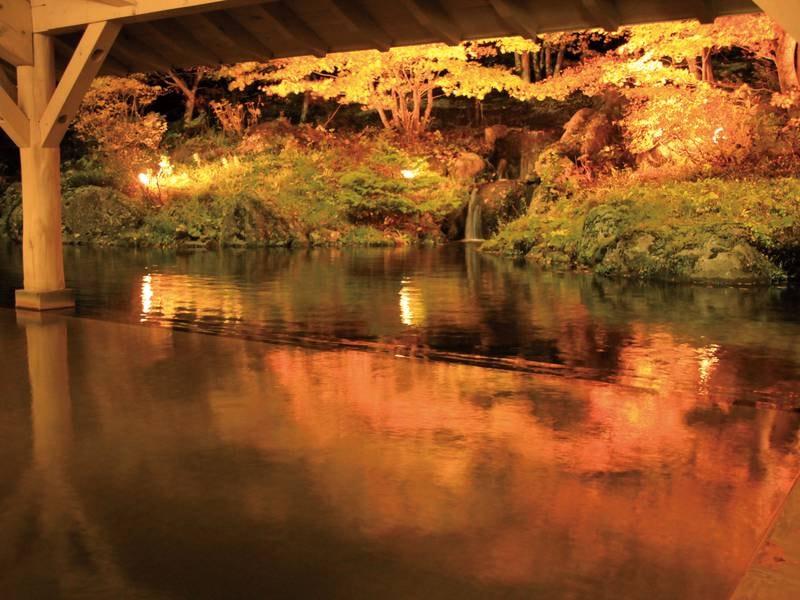 【露天風呂・秋】秋はライトアップされた紅葉を眺めながら湯浴みができる