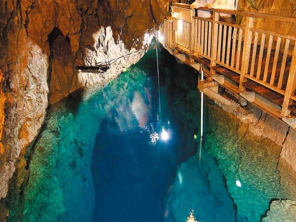 【龍泉洞】天然記念物、神秘的な地底湖『龍泉洞』は車で約5分