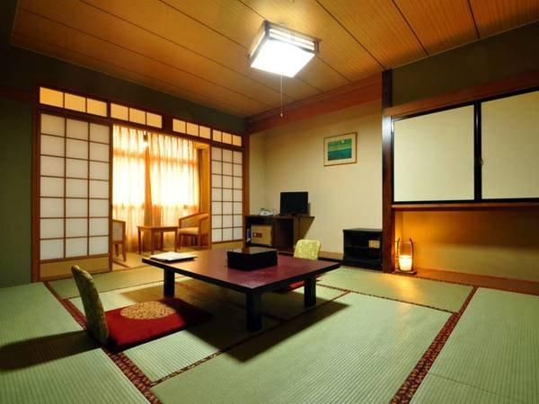【和室10畳】広々とした落ち着きのあるお部屋。