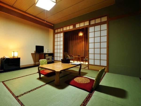 【和室8畳】二人でくつろぐには十分の広さ。お風呂に入ってゆっくりお休みください。