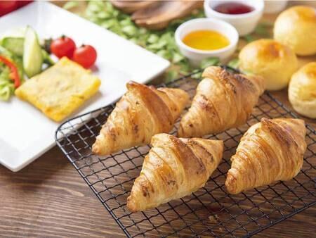 【朝食ビュッフェ/例】パンは焼きたてクロワッサンの提供、ほかパンの種類豊富