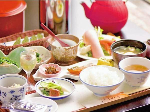 【朝食/例】菜園の採れたての野菜や、地元の農家さんの丹精込めた野菜、お米。どうぞお召し上がりください