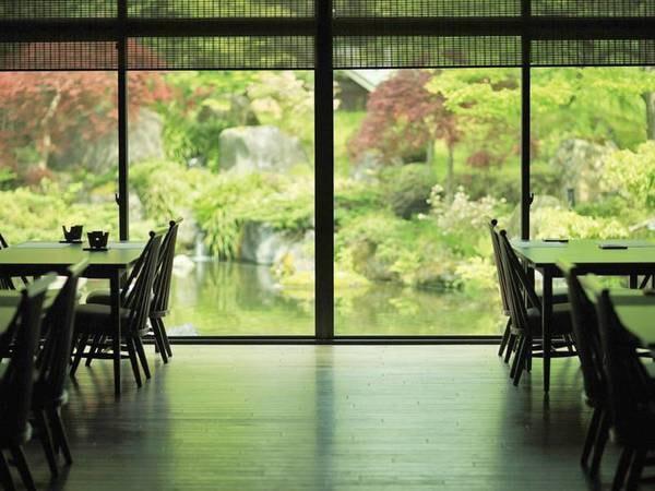 【食事会場】ガラス張りのお食事会場で景色を眺めながら