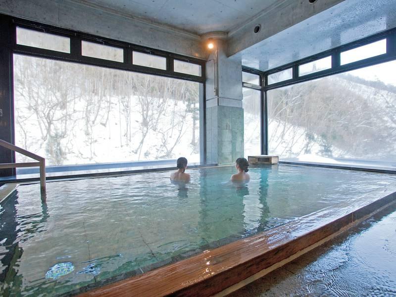 山水の湯。冬は大きな窓を通して雪見の湯