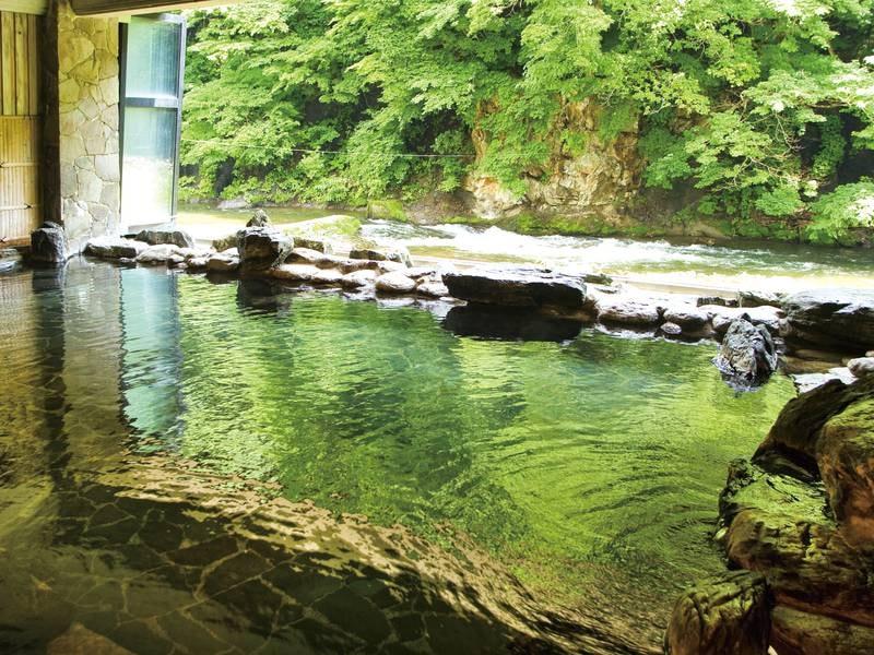 【半露天風呂/豊沢の湯】春から秋はガラス戸が開放