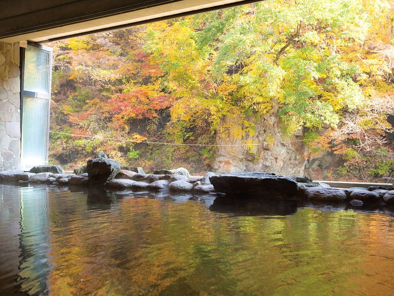 豊沢の湯。秋には絵画のような紅葉を眺めて。