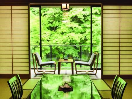 """[客室/例] 10畳以上+広縁付、季節感じる山々と渓流を望む""""川側客室""""をお約束"""
