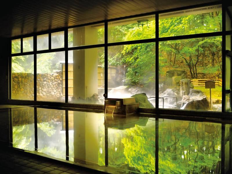 【大浴場】窓が大きく開放感のある大浴場で日頃の疲れをいやす