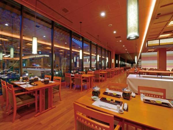 【食事会場】広々とした空間で夕食を