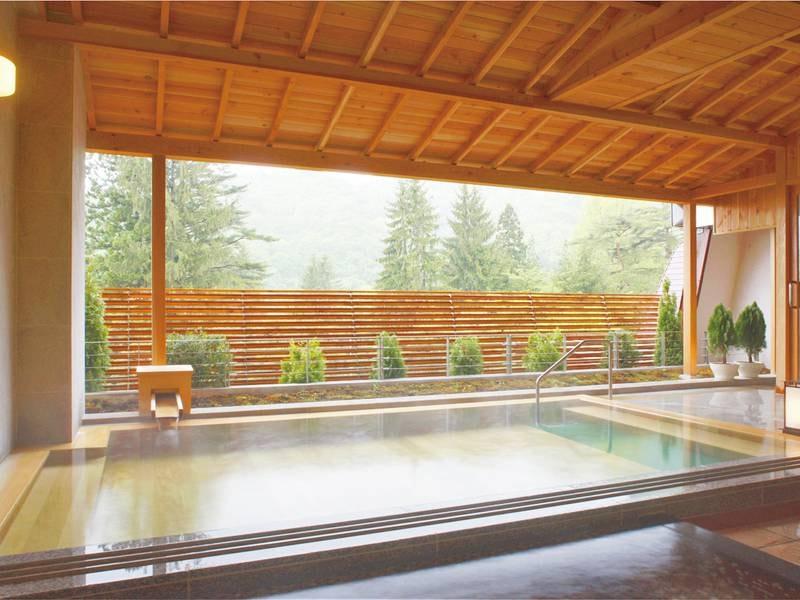 【露天風呂(ホテル花巻)】季節の移ろいを感じるヒノキ薫る露天風呂