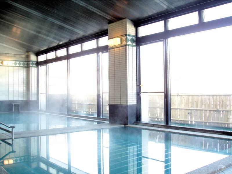 【大浴場】ぬるめのお湯でゆっくりと湯浴みを愉しみながら心身をのびのびとリラックス