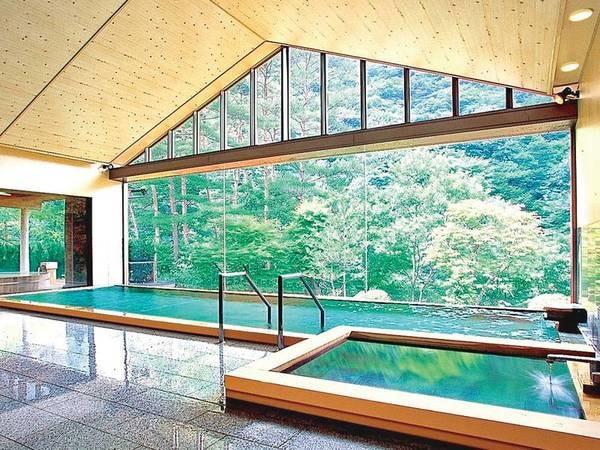 【佳松園】移ろう四季の自然美を五感で感じるハイクラスの宿。「美肌の湯」とも呼ばれる、肌に浸み込むようなとろとろの泉質を堪能
