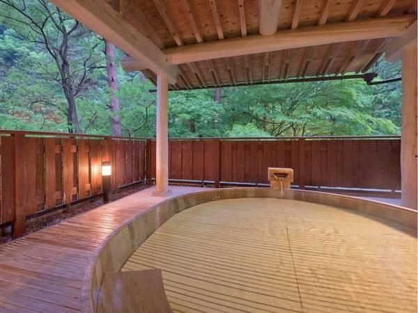 【ひのき露天風呂】山間の清々しい空気が流れ自然と一体になれる露天風呂