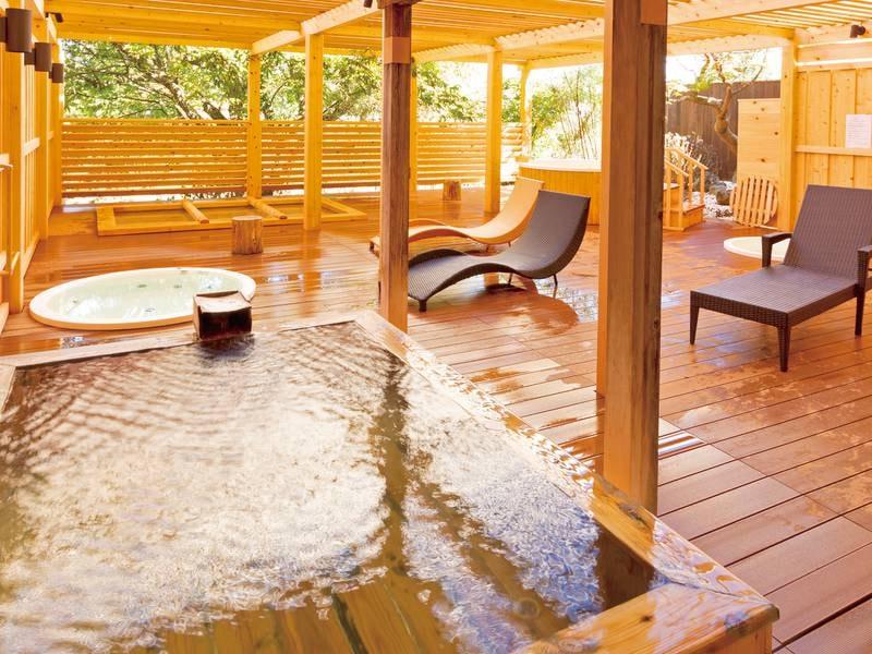 【桧露天風呂】渓流のせせらぎと季節の移ろいを