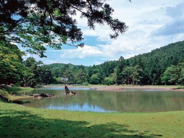 【観光情報/毛越寺浄土庭園】浄土庭園は仏堂と苑池とが一体として配された庭園です。宿から車で2分。