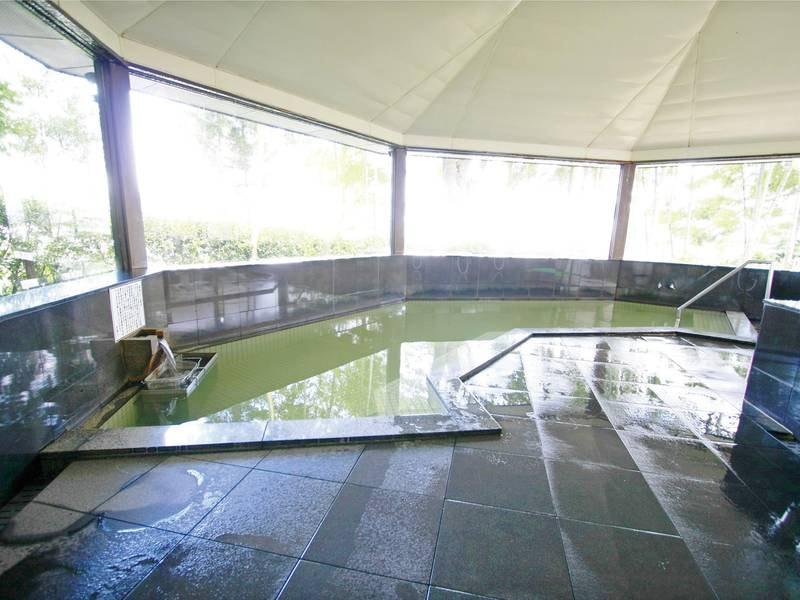 【大浴場】湯あがり後はしっとりした潤いによる美肌効果が評判。平泉の町並みを一望できる展望風呂でこころとからだをゆっくりと癒してください。