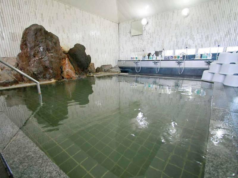 【岩風呂】寒い時期は湯あたりもしづらくお子様からお年寄りまで誰でも入る事のできるやさしい温泉です。気温や湿度により色の変化を愉しめ薄い黄色や緑色などに変わることもございます。
