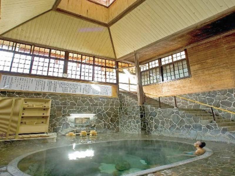 【大浴場・白猿の湯】天然の岩をくりぬいて作ったお風呂の底からは、透きとおった源泉100%のお湯がこんこんと湧き出る。深さ約1.25m