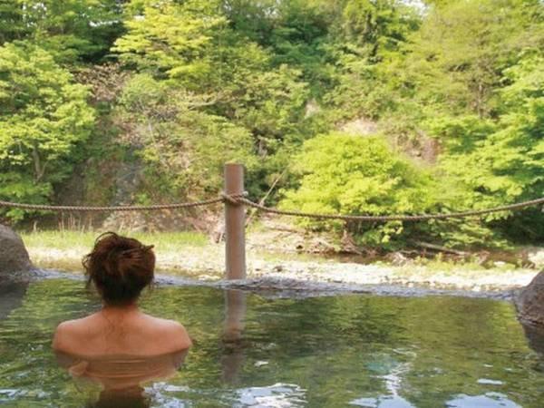 【露天風呂・桂の湯】川のせせらぎを間近にする野趣溢れたお風呂