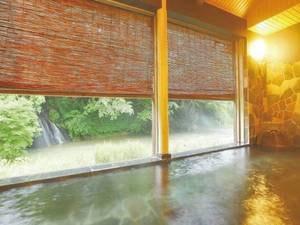 【半露天風呂・白糸の湯】白糸の滝を目の前にした、展望半露天風呂