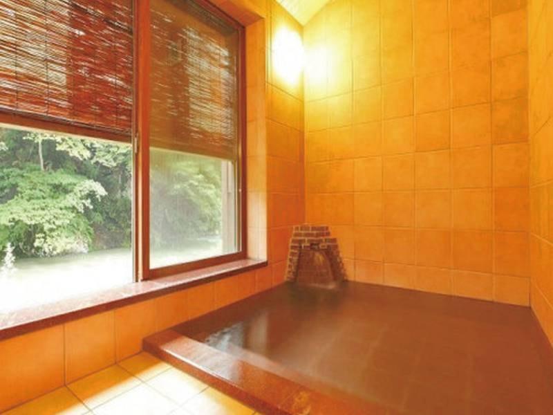 【銀の湯】脱衣所の床暖房や段差を少なくするなど、バリアフリーに配慮した浴場。貸切時間あり